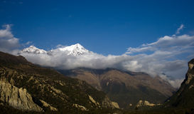 Montagne maximale de neige en nuage Photos stock