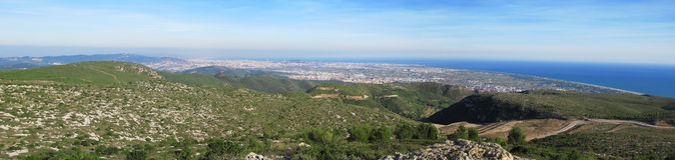Montagne, mer, et Barcelone de panorama Images stock