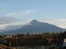 Montagne Merapi et photo de nuage Image libre de droits