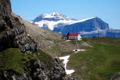 Montagne meravigliose della dolomia scenry e rifugio alpino con il picco rosso del tetto/sella e del boe nei precedenti Fotografia Stock