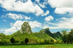 Montagne naturelle dans le beau jour Photos stock