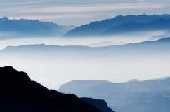 Montagne nebbiose in alpi, Italia Immagini Stock