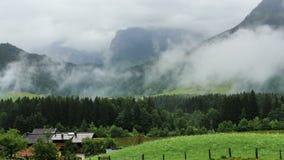 Montagne nebbiose in Austria Maurach al rallentatore video d archivio