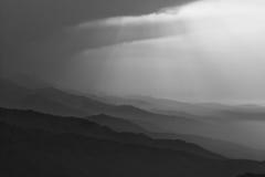 Montagne nebbiose in bianco e nero Immagine Stock
