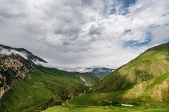 Montagne nebbiose, chegem, Russia Fotografia Stock Libera da Diritti