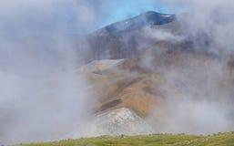 Montagne nebbiose Colourful Immagine Stock