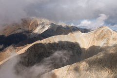 Montagne nebbiose Colourful Fotografia Stock