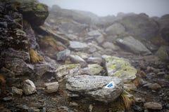 Montagne nebbiose e traccia di escursione Immagine Stock Libera da Diritti