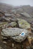 Montagne nebbiose e traccia di escursione Fotografia Stock Libera da Diritti