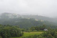 Montagne nebbiose in Francia Regione Midi Pirenei Fotografie Stock Libere da Diritti