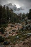 Montagne nebbiose nel parco nazionale dei estortes i Estany de Sant Maurici del ¼ di Aigà fotografia stock libera da diritti