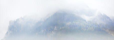Montagne nebbiose nelle alpi Immagini Stock Libere da Diritti