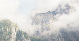 Montagne nebbiose nelle alpi Fotografia Stock