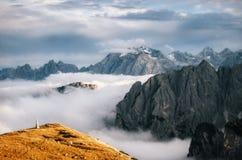 Montagne nebbiose in Tre Cime di Lavaredo, dolomia, Italia Fotografie Stock Libere da Diritti
