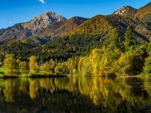 Montagne nei colori di autunno che riflettono il lago Fotografie Stock Libere da Diritti