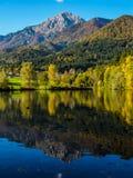 Montagne nei colori di autunno che riflettono il lago Fotografia Stock Libera da Diritti