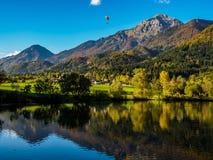 Montagne nei colori di autunno che riflettono il lago Immagini Stock Libere da Diritti