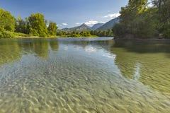 Montagne nei precedenti del fiume riflettente di Wenatchee fotografia stock