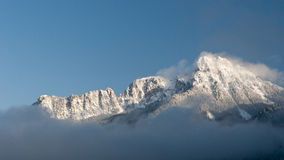 Montagne neigeuse majestueuse en hiver Images libres de droits