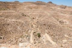 Montagne nel deserto con le vecchie pareti Fotografia Stock