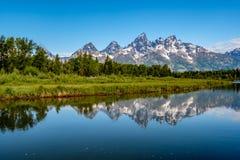 Montagne nel grande parco nazionale di Teton con la riflessione nel fiume Snake Immagini Stock
