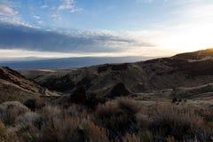 montagne nell'Oregon con cielo blu e le nuvole rotte immagine stock