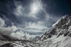 Montagne nell'uguagliare cielo nuvoloso Immagine Stock