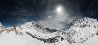 Montagne nell'uguagliare cielo nuvoloso Fotografia Stock