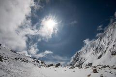 Montagne nell'uguagliare cielo nuvoloso Immagini Stock Libere da Diritti