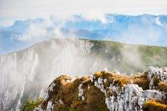 Montagne nella mattina nebbiosa Fotografia Stock