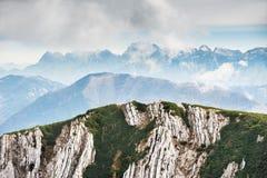 Montagne nella mattina nebbiosa Alpi austriache Immagini Stock