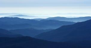 Montagne nella nebbia Immagini Stock