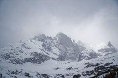Montagne nella nebbia coperta di neve e di foresta di inverno vicino a Mont Blanc Alpes, Italia Fotografia Stock Libera da Diritti