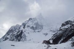 Montagne nella nebbia coperta di neve e di foresta di inverno vicino a Mont Blanc Alpes, Italia Immagine Stock