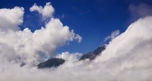 Montagne nelle nubi Fotografie Stock Libere da Diritti