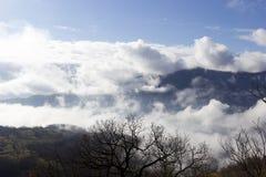 Montagne nelle nubi Immagini Stock Libere da Diritti