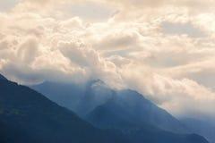 Montagne nelle nubi Fotografia Stock