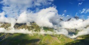 Montagne nelle nuvole Fotografie Stock Libere da Diritti