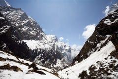 Montagne Nepal Bella vista di estate con le nuvole del cielo blu e del sole fotografia stock libera da diritti