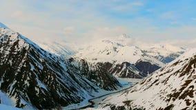 Montagne nere nell'ambito della copertura di neve stock footage