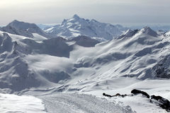 Montagne in neve in tempo nuvoloso Fotografie Stock