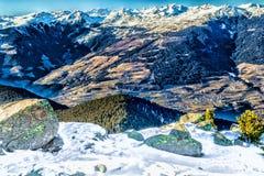 Montagne nevose bianche di inverno e conifere verdi Immagini Stock Libere da Diritti