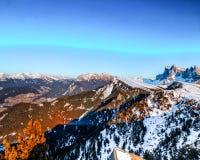 Montagne nevose bianche di inverno e conifere verdi Immagine Stock Libera da Diritti