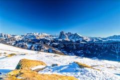 Montagne nevose bianche di inverno e conifere verdi Fotografia Stock