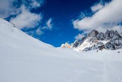 Montagne nevose soleggiate sceniche Immagine Stock
