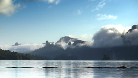 Montagne nuageuse dans le khaosok Photo stock