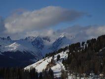 Montagne, nuvole, neve ed abeti - La Plagne - Francia Fotografie Stock