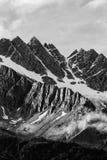 Montagne nuvolose in bianco e nero Immagini Stock