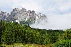 Montagne nuvolose di Dolomiti Immagine Stock