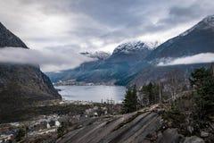 Montagne Odda di inverno del fiordo della Norvegia Immagini Stock Libere da Diritti